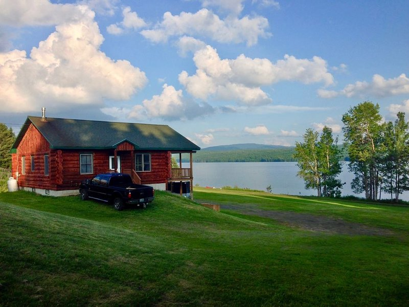 CLEAN, LAKE FRONT,  REAL LOG CABIN,  SWIM, FISH,BEST VALUE,, holiday rental in Pittsburg
