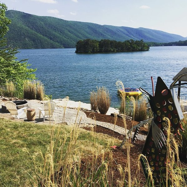 Waterfront Home w/Gorgeous Mountain Views!  Sleeps 13! Perfect for families!, location de vacances à Huddleston