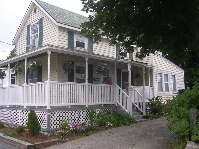 3 bedroom cottage, walk to the beach, relax on the roof deck, holiday rental in Old Orchard Beach