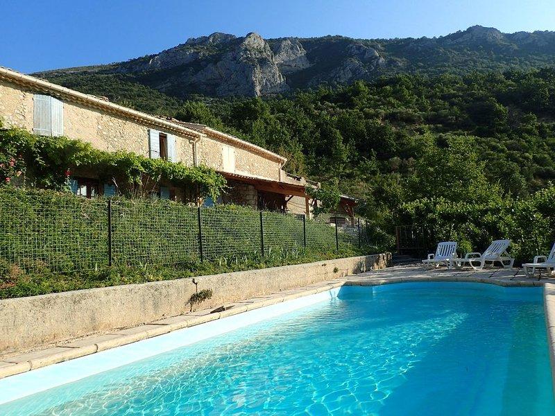 Nouveau : Mas Provençal de charme avec panorama et exposition exceptionnels, holiday rental in Ribiers