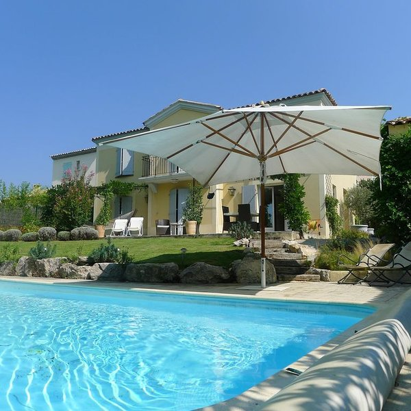 A stunning villa with private pool, pool house, BBQ and landscaped gardens., holiday rental in Alleins
