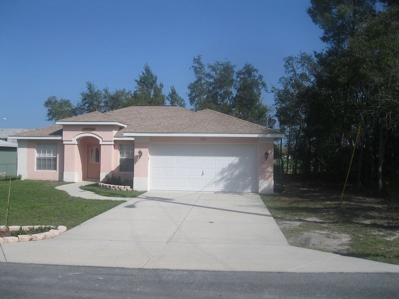 3 bedroom 2 bathroom home with smart tv and wifi, holiday rental in Spring Hill