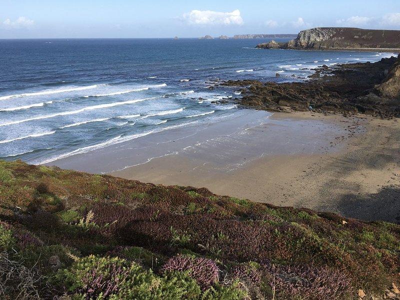 House sleeps 9.   Sea views.   WiFi.    300 yds sandy beach   large garden., holiday rental in Crozon