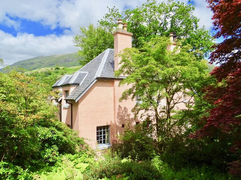 Cosy Garden Apartment, by the sea within easy reach of Glencoe and Fort William, holiday rental in Ballachulish