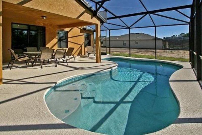 Área de piscina y terraza
