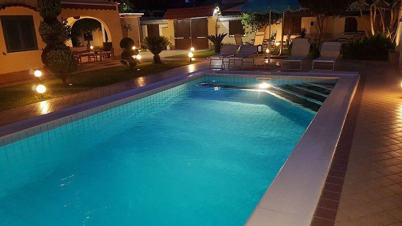 Villa SOLEIL SPA - PISCINA PRIVATA, JACUZZI E SAUNA FINLANDESE -, vakantiewoning in Varcaturo
