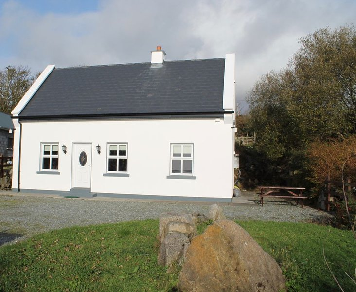 Traditional Irish Cottage In The Heart Of Connemara with WI-FI, vacation rental in Costelloe