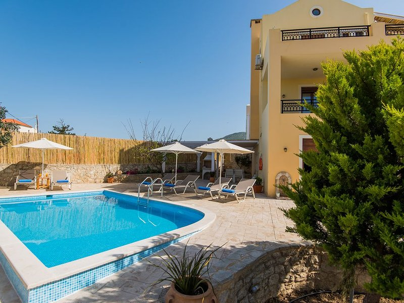 Villa Nikolaos! Private pool, Ideal for families, close to restaurants & town!, aluguéis de temporada em Roussospiti