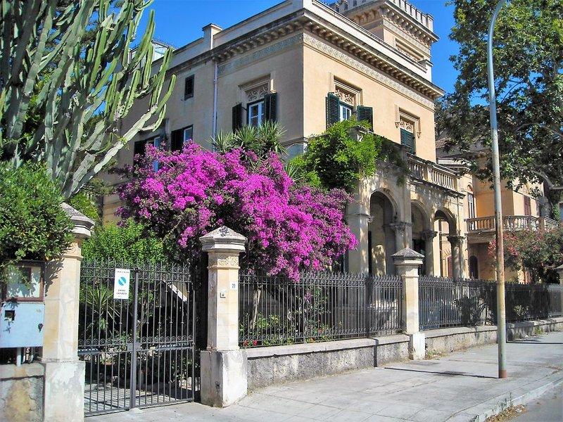 Splendida Villa Liberty a pochi passi dalla spiaggia di Mondello, Palermo, Ferienwohnung in Palermo