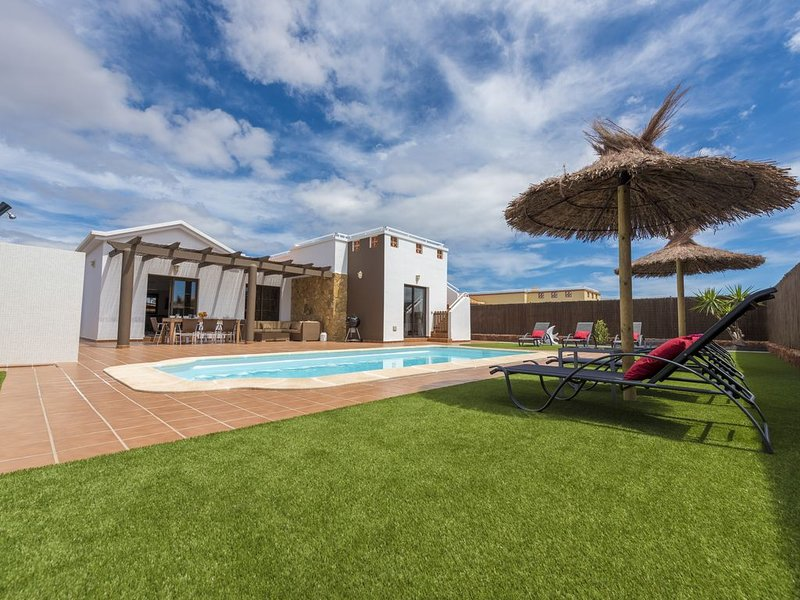 Luxury 4-Bedroom Villa with Pool, Wi-Fi and Air Conditioning, holiday rental in Caleta de Fuste