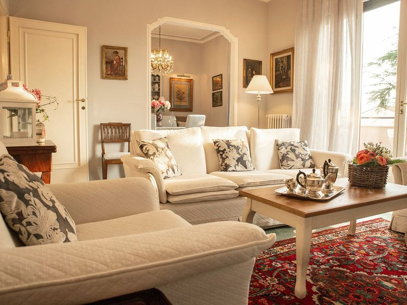 LUXURY NEW APARTMENT- PARKING AND GARDEN PRIVATE-VERY CLOSE WALLS OF LUCCA-WIFI, holiday rental in Lucca