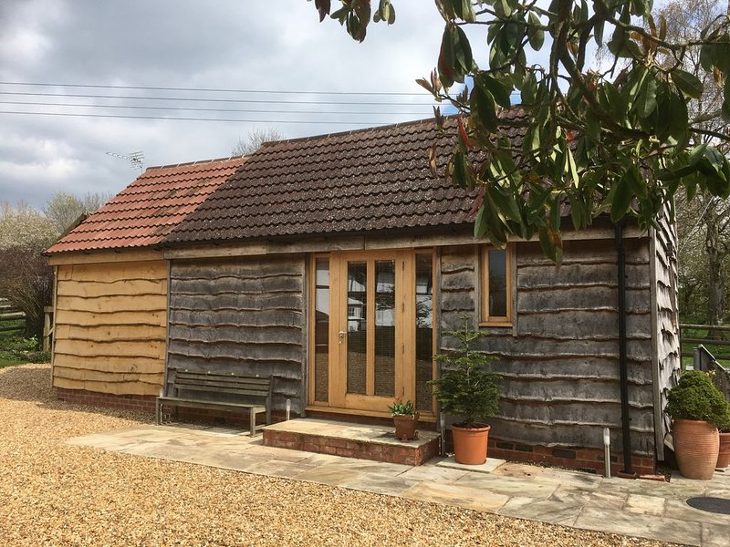 Stylish and Comfortable Annex - No Bookings during Coronavirus Pandemic, vacation rental in Tewkesbury