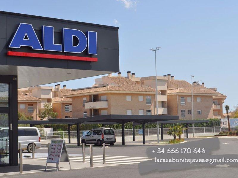 Supermercado Aldi, al lado de la urbanización