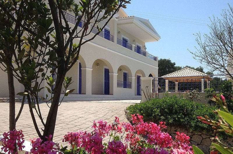 Large Luxury Villa With Private Infinity Pool, Jacuzzi And Sea Views, location de vacances à Peroulion