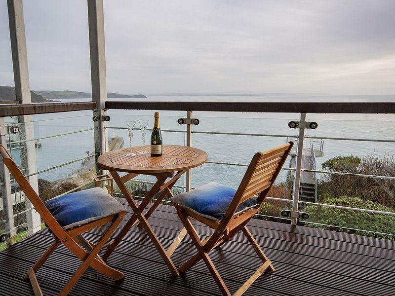 1st Floor Apartment With Outstanding Sea Views With Access To Look-Out Platform, casa vacanza a Mevagissey