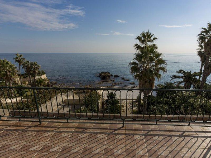 Casa con Grande Terrazza in Riva al Mare, Siracusa - Ortigia, holiday rental in Testa dell Acqua