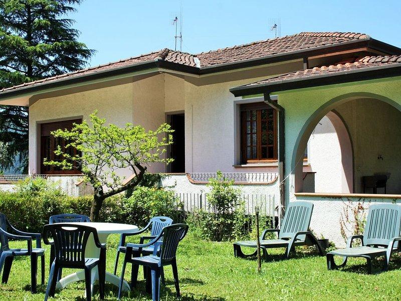 Appartamento in campagna con grande veranda e giardino, aluguéis de temporada em Camaiore