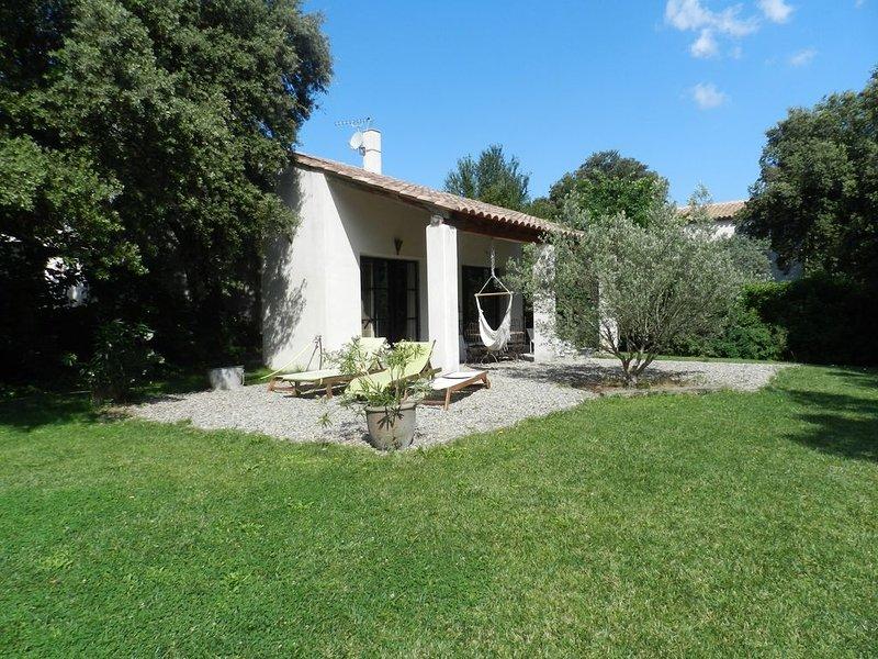 Maison d'architecte avec piscine en lisière de campagne, holiday rental in Saint Antonin sur Bayon