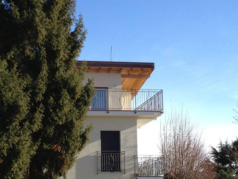 Appartamento luminoso con ampia terrazza e vista sul lago di Como e sulle Alpi, holiday rental in Brunate