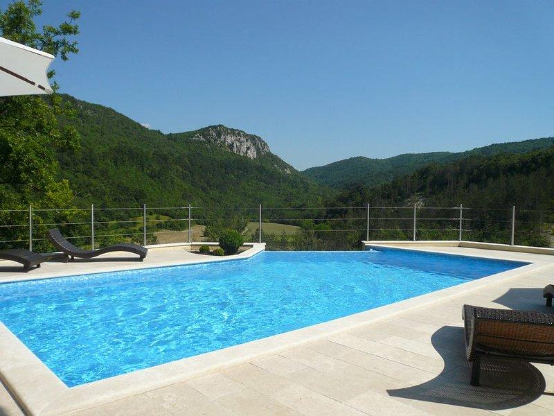 Romantische villa - privé zwembad - prachtig uitzicht op Mirnavallei - rustig, holiday rental in Kotli