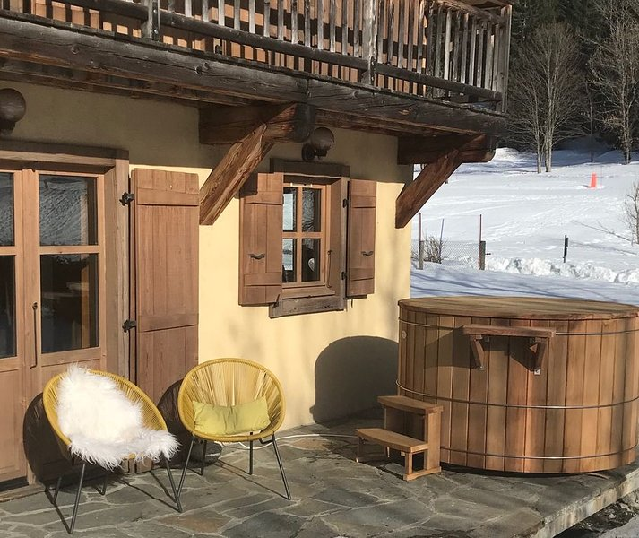 Lovely Stylish Chalet, Stunning Views of Mont Blanc, Nordic Bain, Near to Skiing, vacation rental in Chamonix