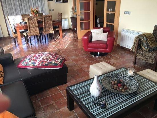 Big house with terrace, casa vacanza a Hacinas