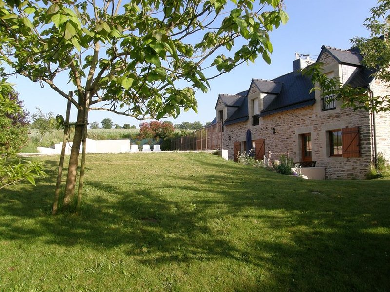 Beautiful villa with private heated pool, wonderful gardens and rural views, location de vacances à Lanouée
