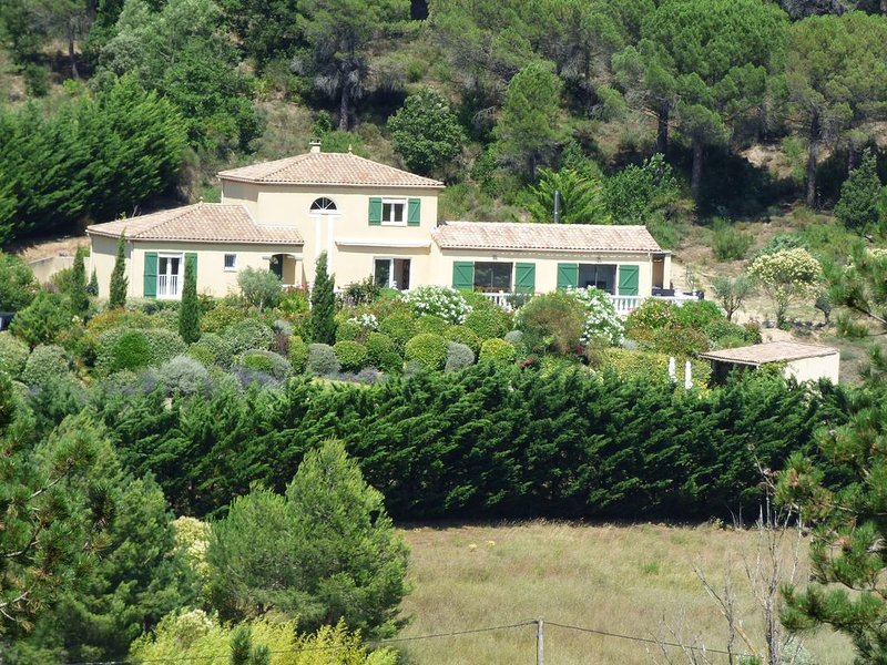 Spacious Villa with Heated Pool Overlooking Vineyards, holiday rental in Roullens