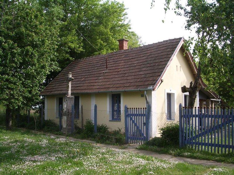 Idyllisches Haus, einzigartige Wohnatmosphäre in toller Naturlage in Balatonnähe, holiday rental in Keleviz