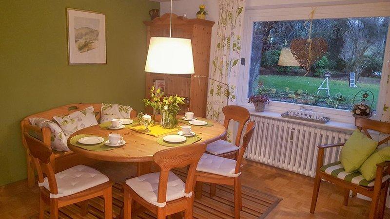 acogedora cocina con gran mesa de comedor