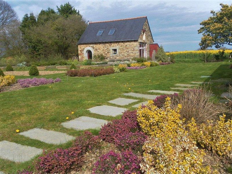 Maison calme située entre Terre & Mer (Monts d'Arrée / Côte de Granit Rose), holiday rental in Bourbriac