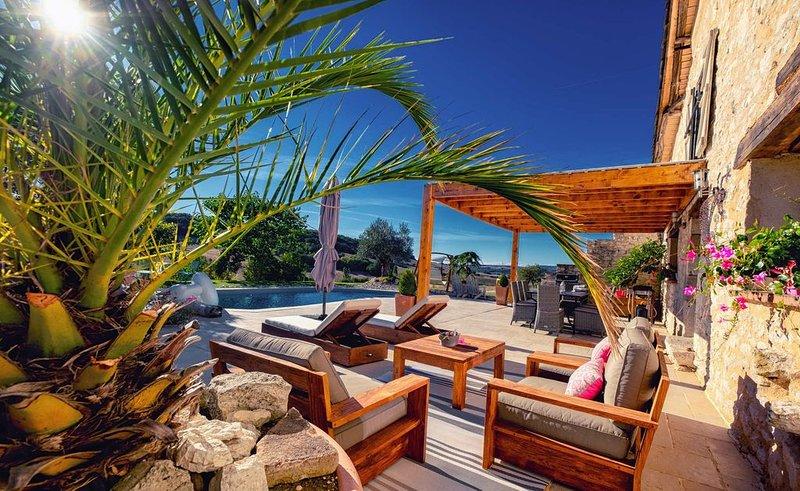 Superbe Maison en Pierre avec Piscine Chauffée & SPA Vue Panoramique ! 5* Wi-Fi, holiday rental in Tarn