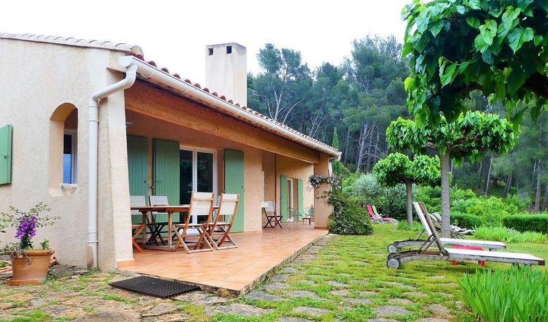 Maison dans propriété familiale, vue mer et colline, 3 kms SANARY sur MER, location de vacances à Évenos