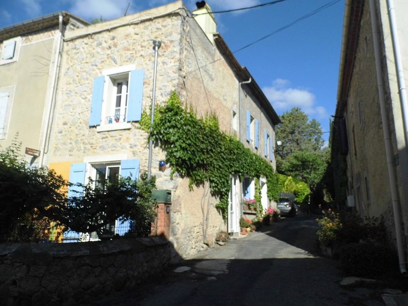 Embres. Vast, pretty traditional house, renovated stone, welcoming, superb area, Ferienwohnung in Villeneuve-les-Corbieres