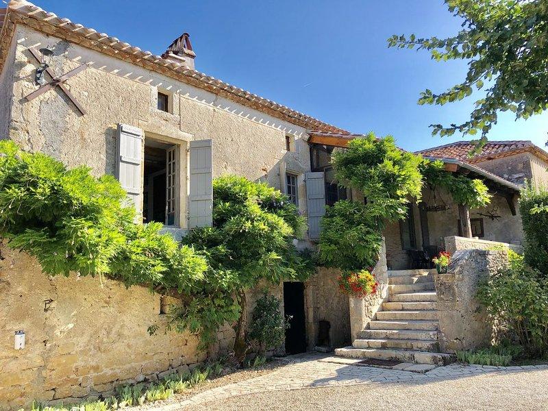 Demeure de caractère en pierre du Lot avec piscine., holiday rental in Puy-l'Eveque