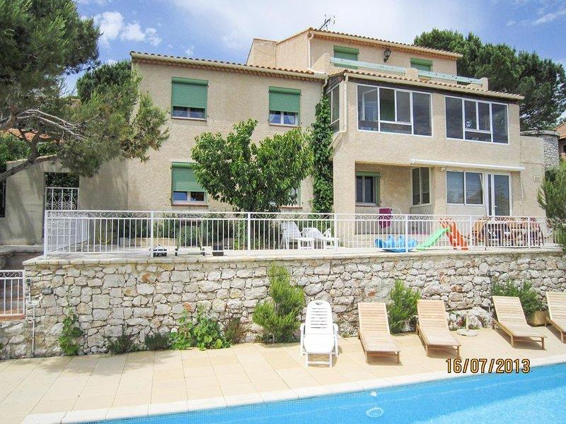 Villa provençale près de Cassis,piscine belle vue colline et mer 90 m²habitable, holiday rental in Carnoux-en-Provence