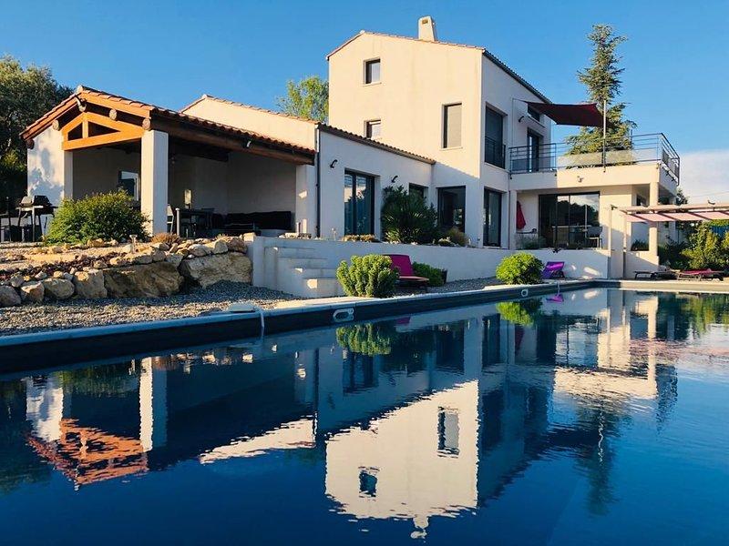 Modern villa Luberon south, 18m lap pool, panoramic view of Ste Victoire, casa vacanza a Peyrolles-en-Provence