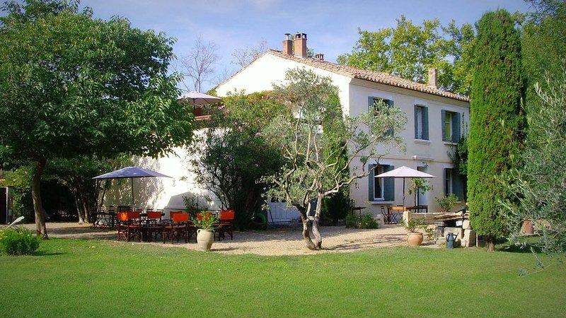 Mas de village provençal à 7 min d' Avignon. Gare TGV à 6 Km., location de vacances à Barbentane