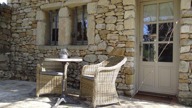 Joli mazet de pierre pour 2 personnes entouré d'un parc de 2 hectares, vacation rental in Uzes