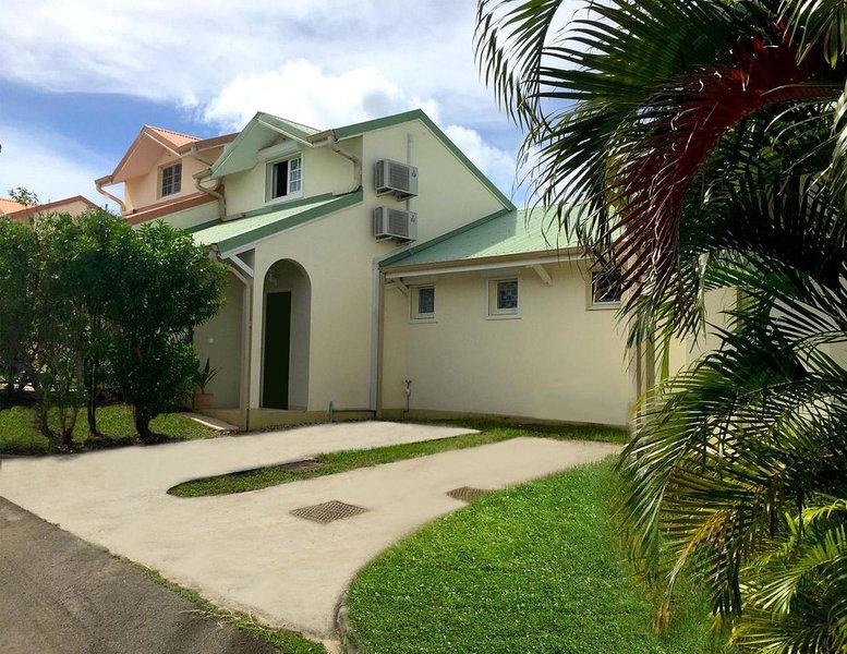 Villa 'MAJOLIA' SAINTE-ANNE Proche des Plus Belles Plages du Sud, holiday rental in Sainte-Anne