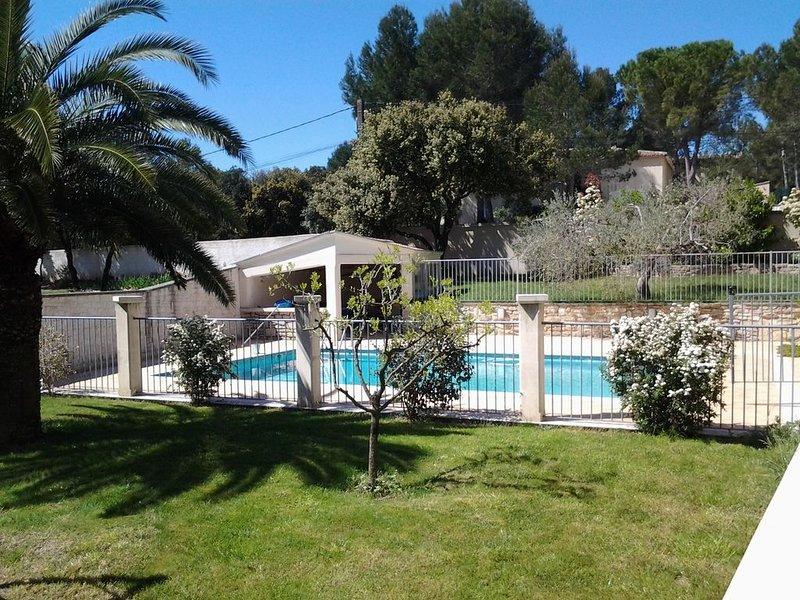 Gîte dans le sud avec jardin, terrasse et piscine clôturée, holiday rental in Clarensac