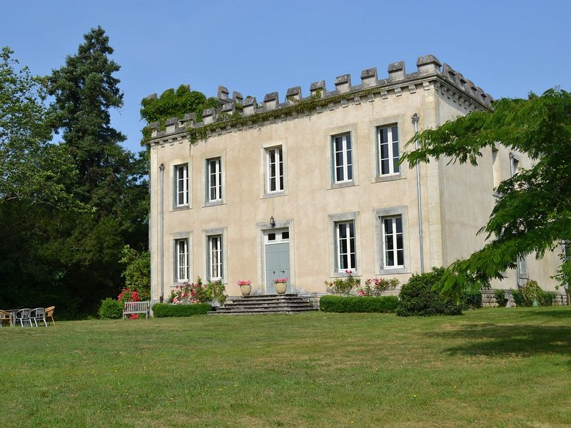 Château de la Partoucie avec piscine privée, casa vacanza a Manot