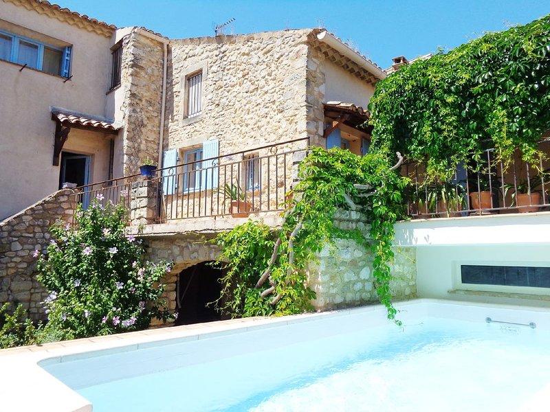 Ancienne maison avec piscine dans village 2 km cascade du Sautadet, vakantiewoning in La Roque-sur-Ceze