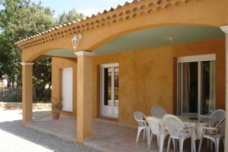 au pied des gorges du verdon,Villa  moderne avec piscine,arborée ,lieu calme., location de vacances à Montmeyan