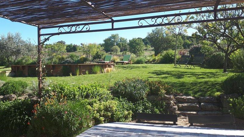 Jolie maison de ferme dans un hameau au milieu des vignes, aluguéis de temporada em Saint-Martin-de-la-Brasque