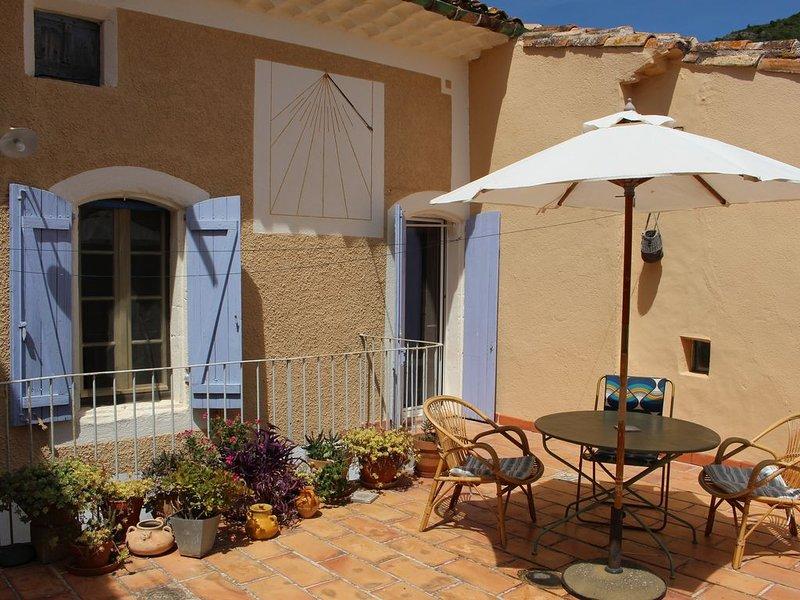Belle maison typique avec terrasse, Vigne, Lac Salagou,  Languedoc, Méditérranée, location de vacances à Neffiès