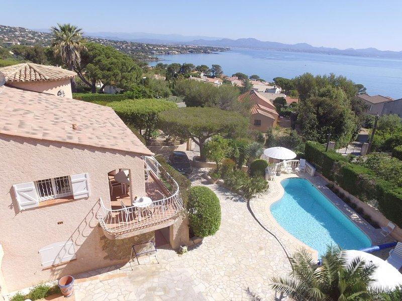 REZ DE JARDIN DE VILLLA PROVENCALE PARKING TERRASSE AVEC PISCINE PRIVEE VUE MER, holiday rental in Les Issambres