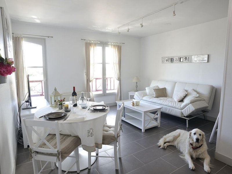 Brand new waterfront romantic apartment downtown Honfleur. Panoramic sights, Ferienwohnung in Honfleur