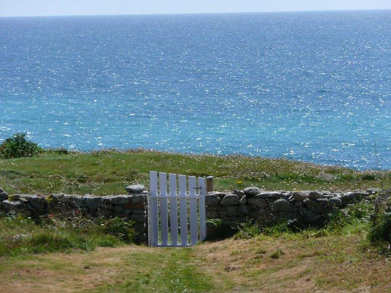 Maison  avec vue panoramique mer , à 500 m de la plage du Trez Goarem, holiday rental in Cleden-Cap-Sizun