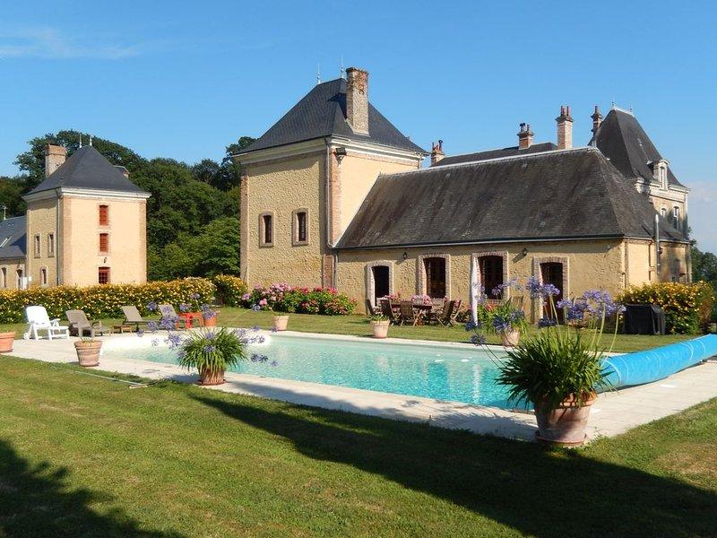 Gîte haut de gamme en Sarthe dans domaine avec piscine ( '5 Epis') 8 personnes, holiday rental in Saint-Jean-des-Echelles